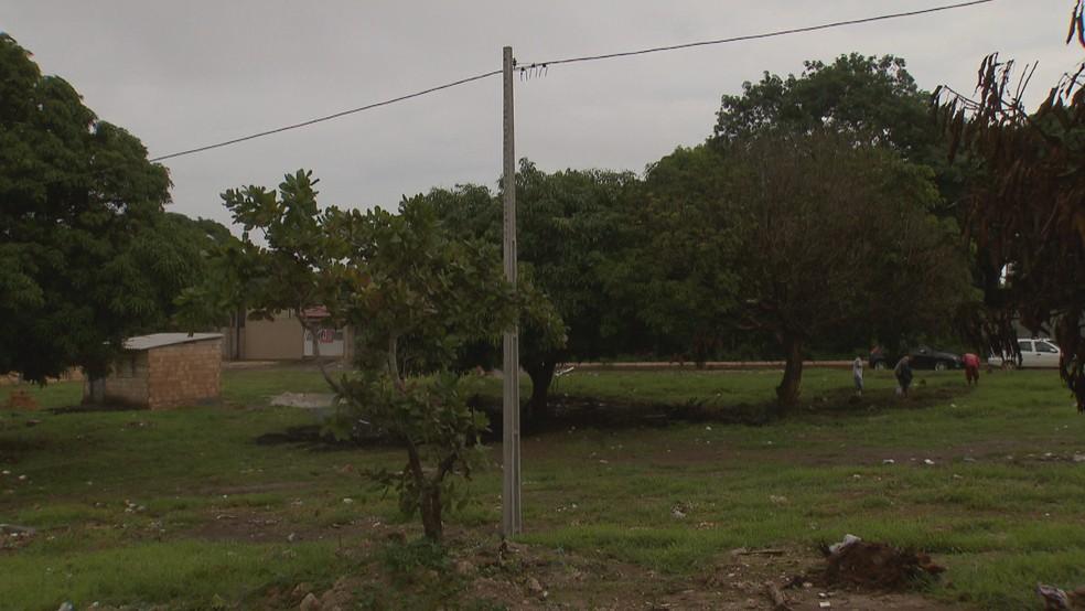 Energia elétrica clandestina em terreno irregular no P-Sul, em Ceilândia, região administrativa do DF — Foto: TV Globo/Reprodução