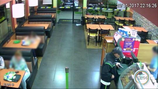 Vídeo flagra ação de criminoso armado em assalto a lanchonete em Jacareí; assista