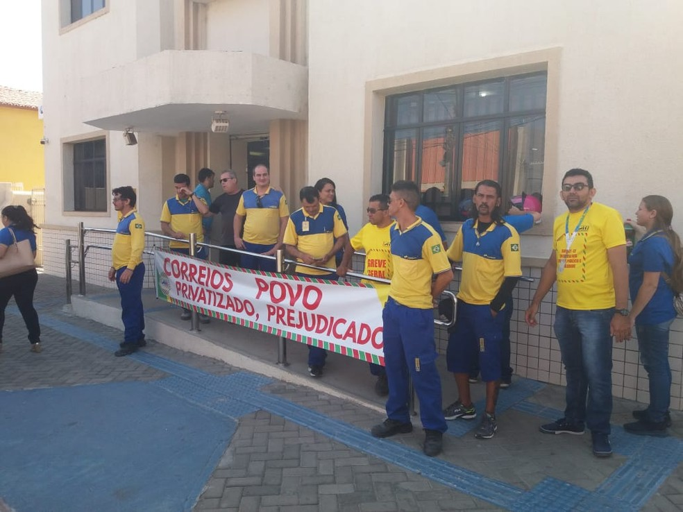 Trabalhadores dos Correios fazem manifestação em frente à agência de Iguatu, no interior do Ceará, no primeiro dia de greve da categoria — Foto: Vandemberg Belém/Sistema Verdes Mares