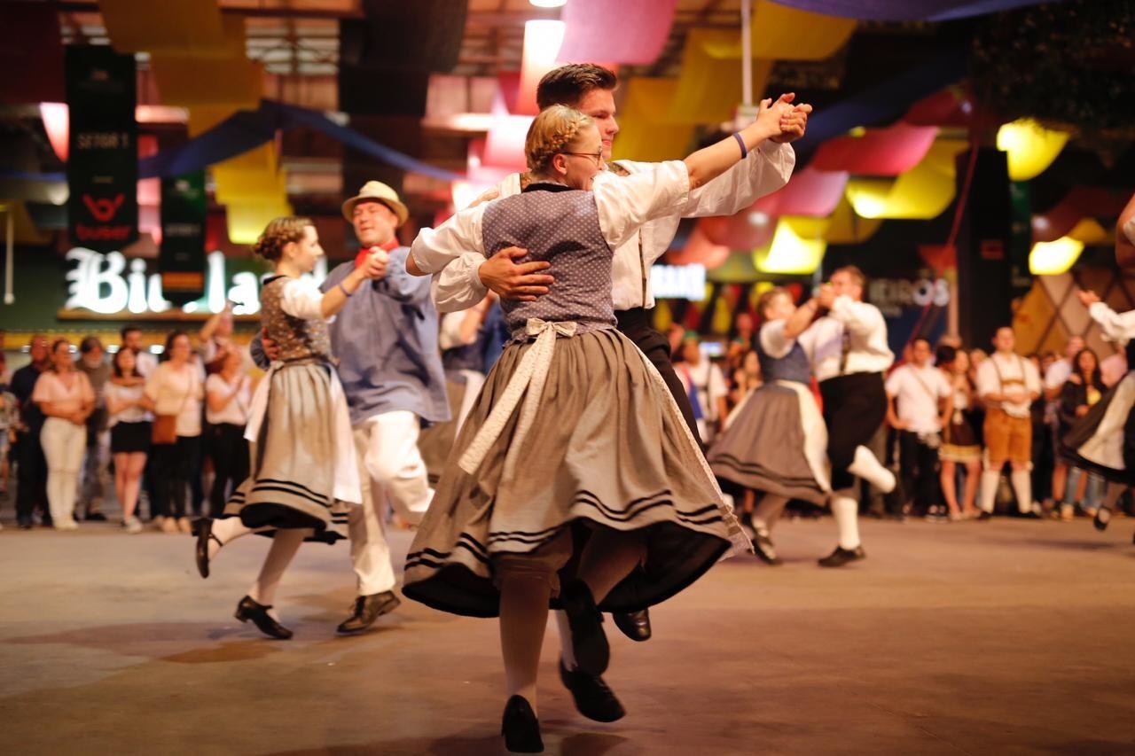 Segundo final de semana de Oktoberfest tem desfile oficial e Banda do Caneco em Blumenau  - Notícias - Plantão Diário
