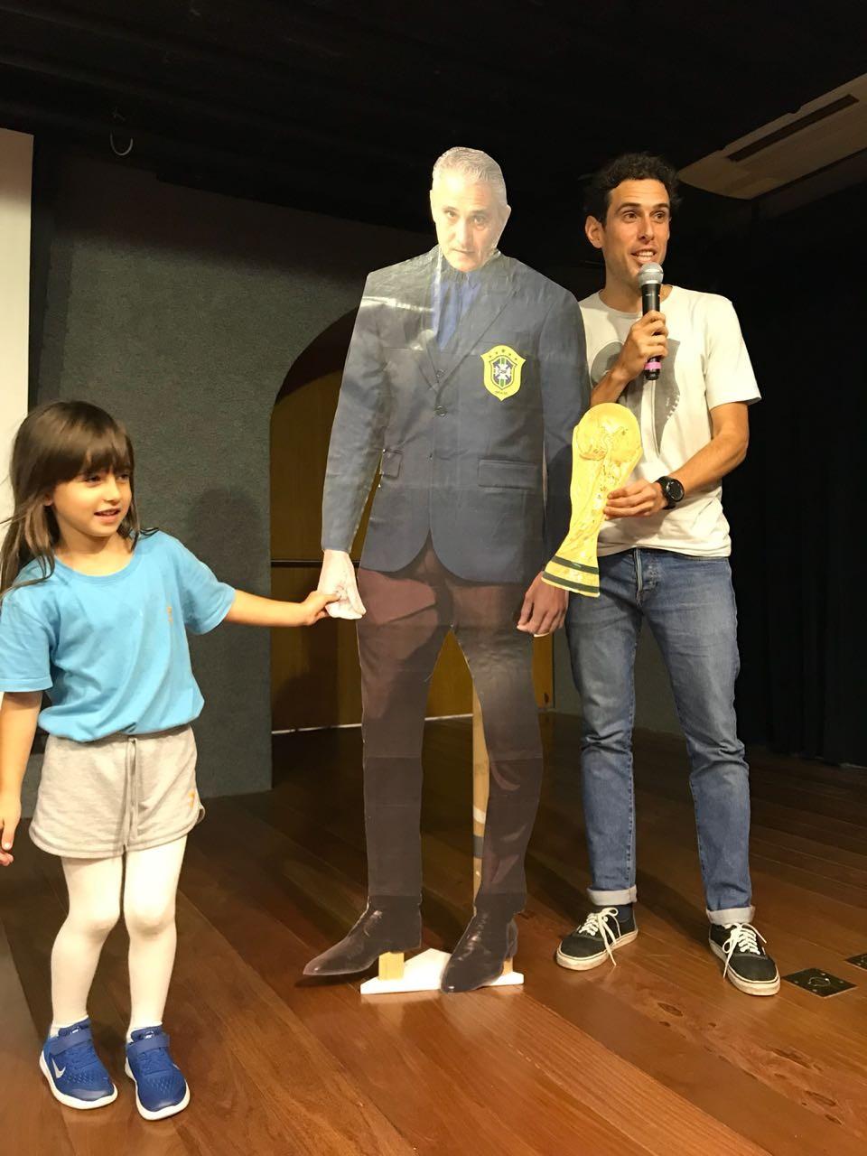 Bruno e Júlia ao lado do Tite de papelão (Foto: Arquivo Pessoal)