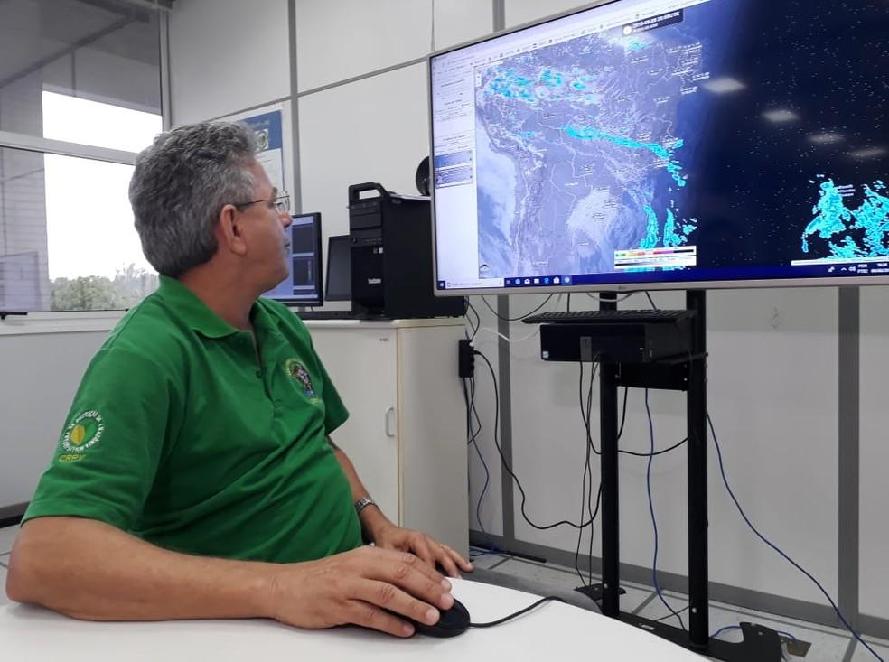 Meteorologista Marcelo Gama, do Sipam, confirma que há possibilidades de novas chuvas de granizo por Rondônia.  (Foto: Pedro Bentes/G1)