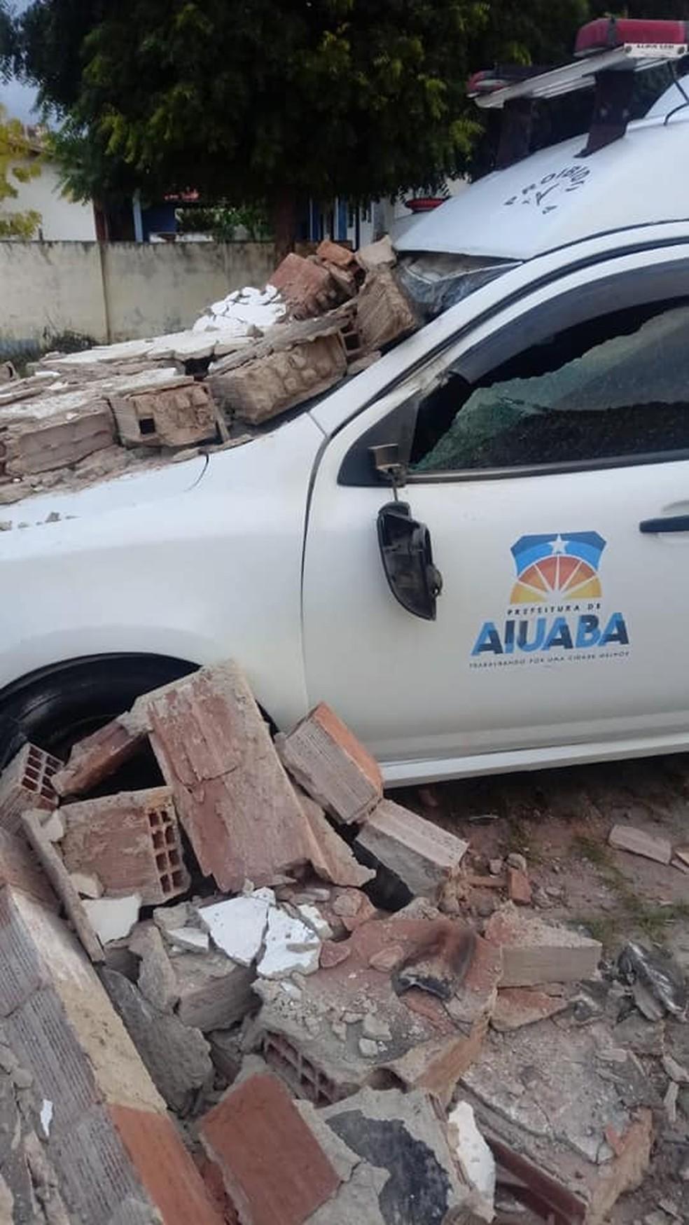Ambulância ficou danificada após bater em  muro de hospital no Ceará — Foto: Arquivo pessoal