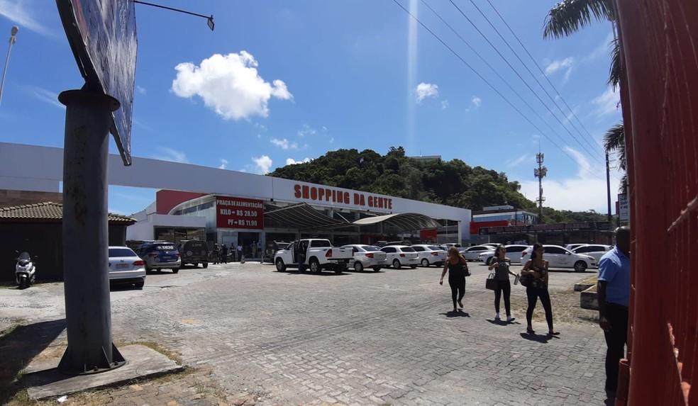 Crime ocorreu na Avenida Antônio Carlos Magalhães (ACM). Informações apontam que ele morreu quando tentava impedir assalto a uma joalheria.  — Foto: Raphael Marques / TV Bahia