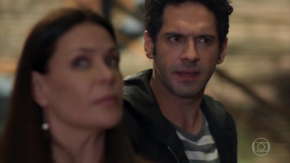 Beto (João Baldasserini) fica confuso com encontro entre a mãe e seu melhor amigo - 'Haja Coração' — Foto: Globo