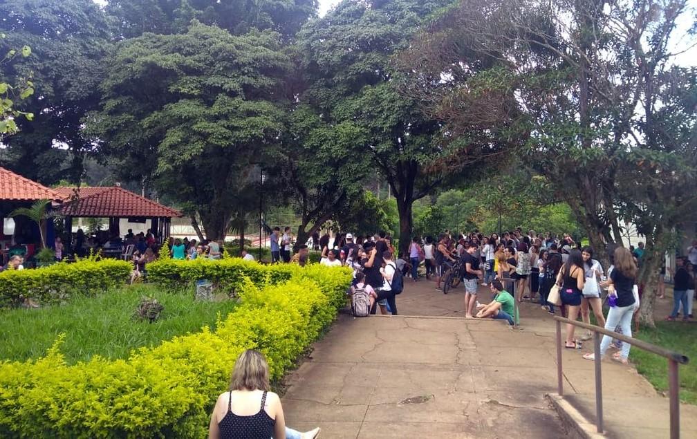 Estudantes aguardam na UFSCar para realizar a prova do Enem — Foto: Claudinei Junior/G1