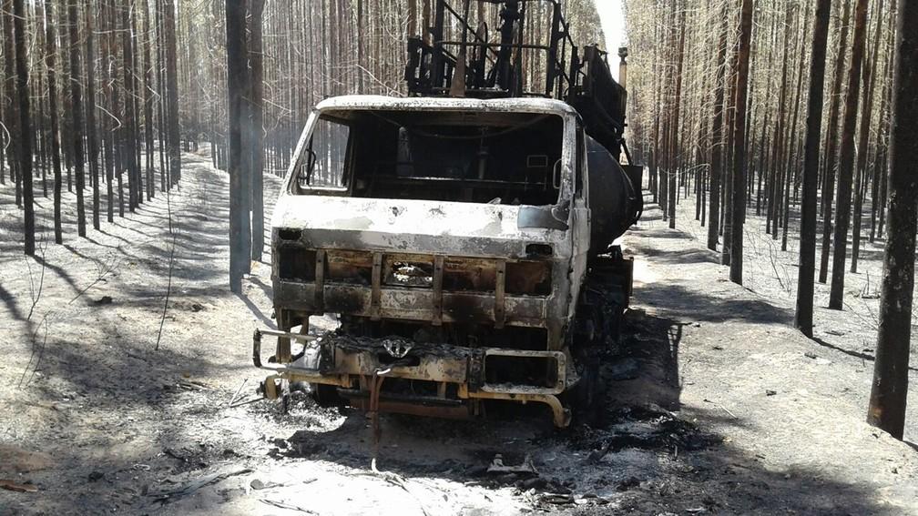 Caminhão-pipa foi destruído durante incêndio que consumiu 1,3 mil hectares de plantação de eucalipto e área de preservação em Ribas do Rio Pardo, MS (Foto: Eduardo de Almeida/TV Morena)
