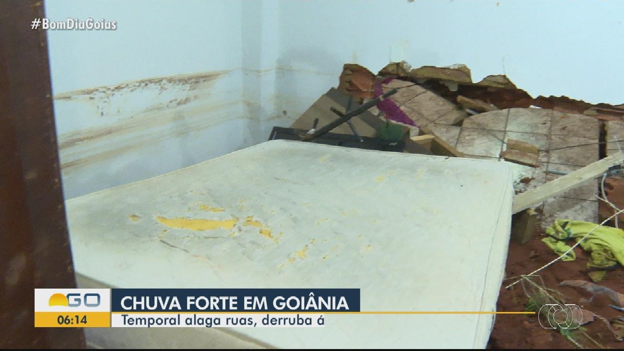 Família tem parte da casa destruída pela chuva, em Goiânia
