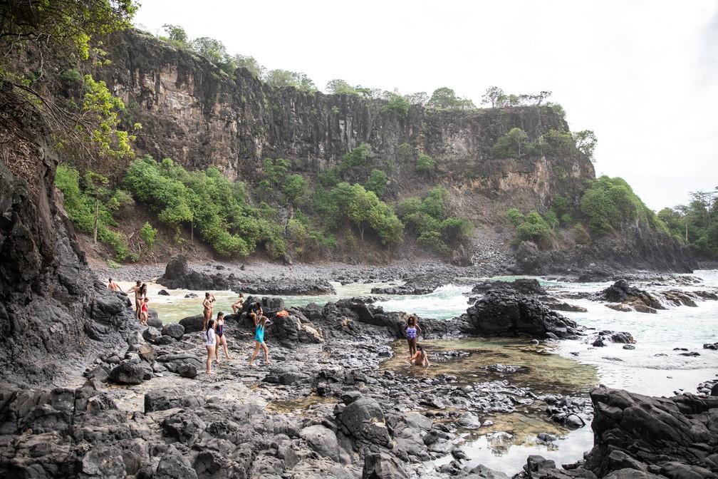 Turistas na Baía dos Porcos em Fernando de Noronha — Foto: Fábio Tito/G1