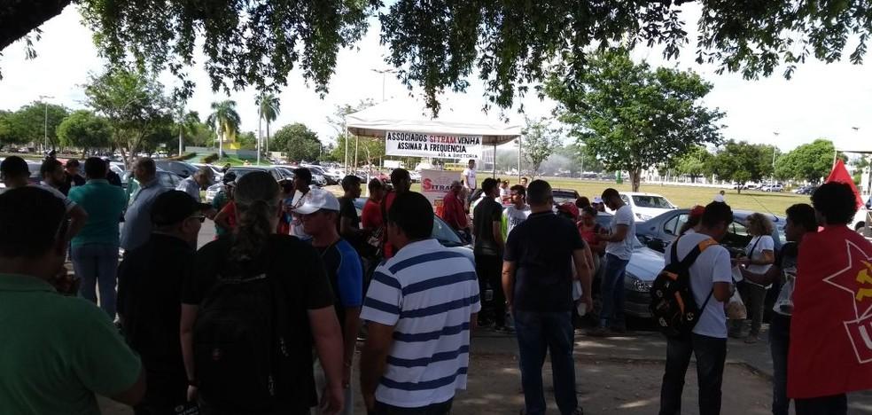Trabalhadores reunidos no Centro Cívico de Boa Vista em ato contra a nova lei trabalhista.  (Foto: Marcelo Marques/G1 RR)