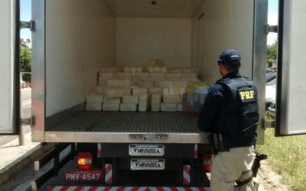 Queijo era transportado sem refrigração e sem acondicionamento (Foto: PRF/Divulgação)