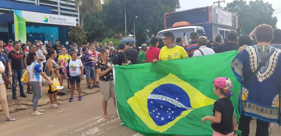 Consumidor carrega bandeira do Brasil em protesto — Foto: Toni Francis/G1