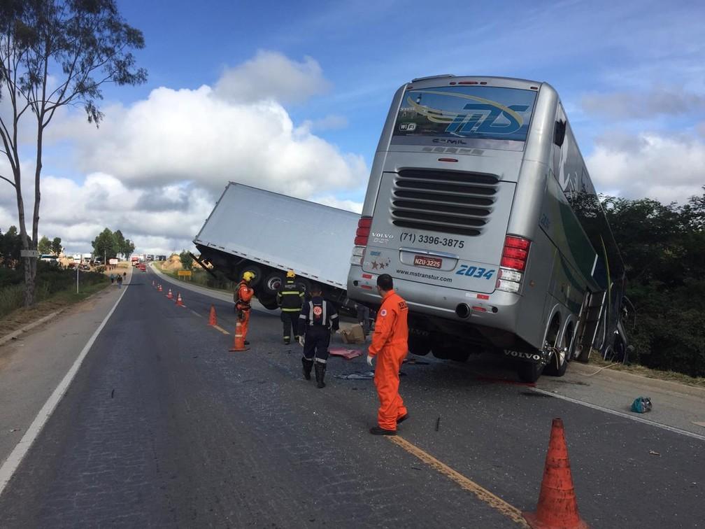 Motoristas de caminhão e de ônibus morreram no acidente  â?? Foto: Corpo de Bombeiros/ Divulgação