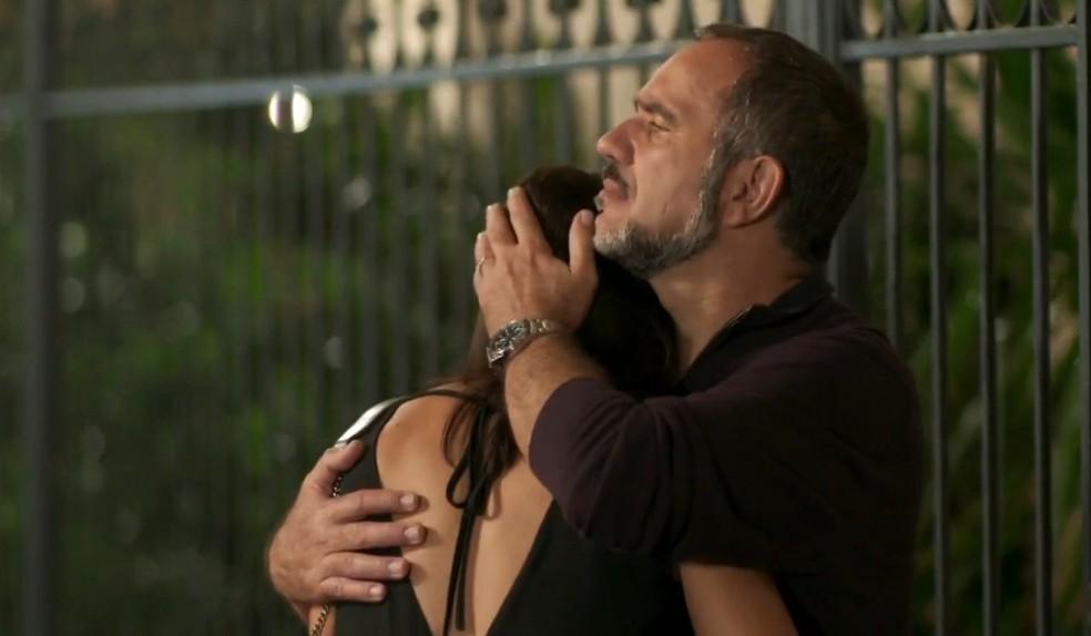 Carolina (Juliana Paes) chora nos braços de Germano (Humberto Martins), em 'Totalmente Demais' — Foto: Globo