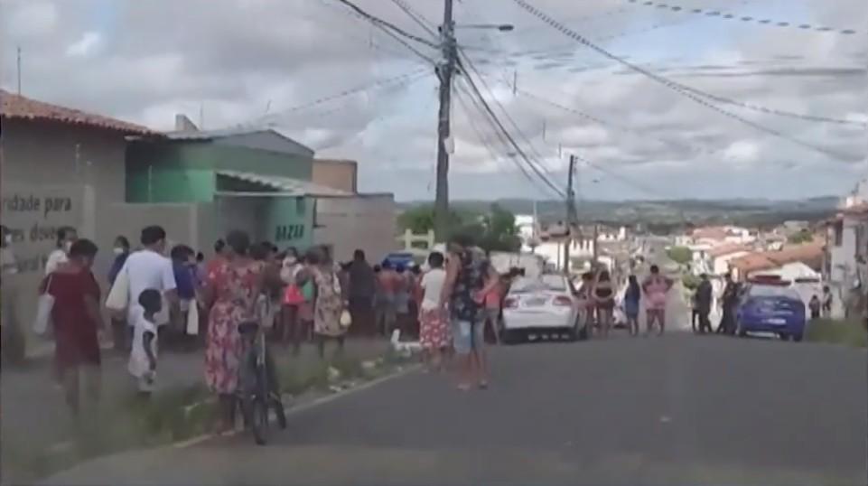 Instituição de caridade faz doações, e grandes filas são formadas em frente à porta, em Feira de Santana