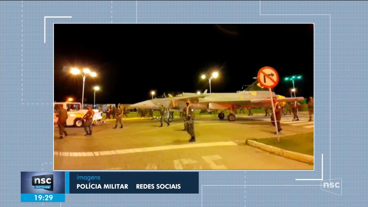Caça Gripen da FAB é rebocado pelas ruas de Navegantes; giro de notícias