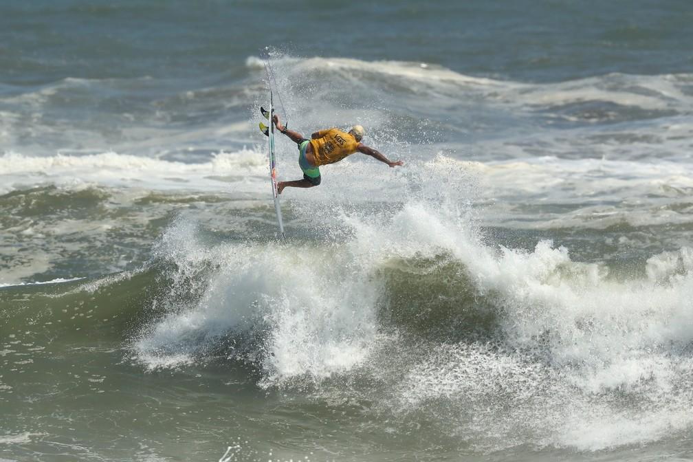 O voo de Ítalo Ferreira que lhe rendeu uma nota 10 na decisão — Foto: Matt Roberts/Getty Images