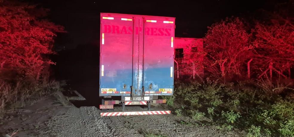 Caminhão foi encontrado abandonado em uma estrada de terra próximo a estrada entre Macaíba e Jundiaí. — Foto: Sérgio Henrique Santos/Inter TV Cabugi