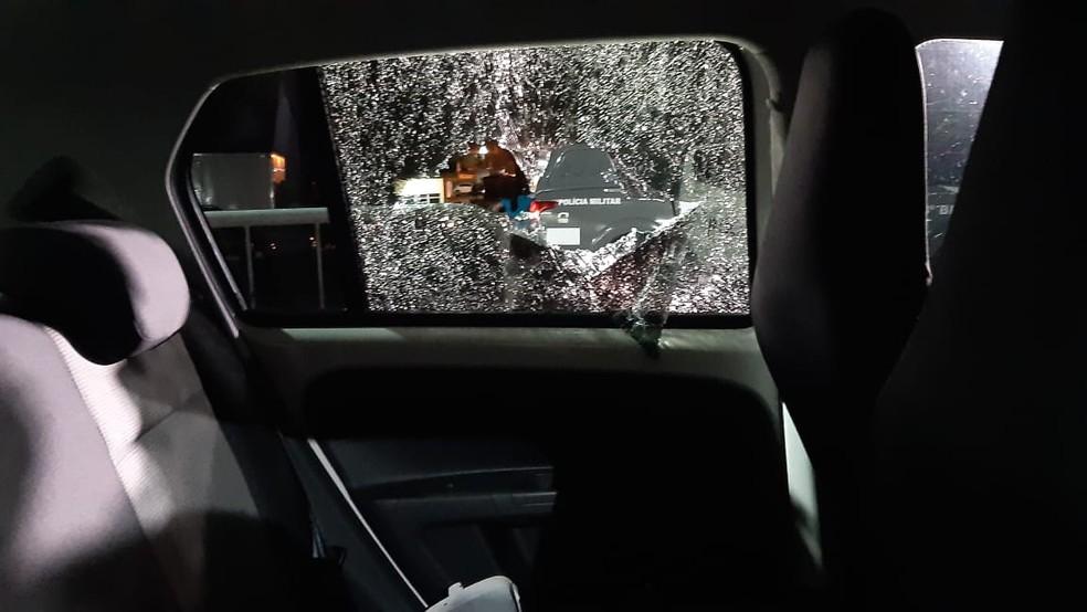 Vidro de carro destruído por tiros após assalto e perseguição policial em Natal. — Foto: Sérgio Henrique Santos/Inter TV Cabugi