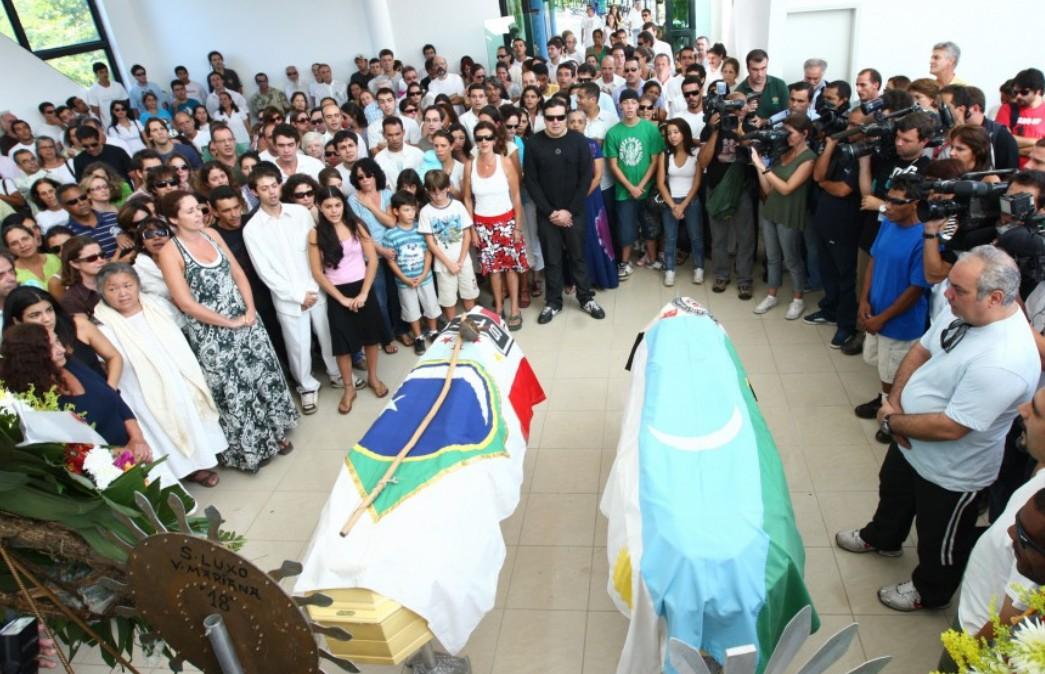 Enterro de Glauco e Raoni, na comunidade Céu de Maria, em 13 de março de 2010