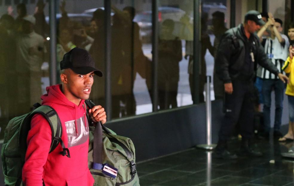 Douglas Costa no desembarque da Seleção no Rio de Janeiro (Foto: Reuters)