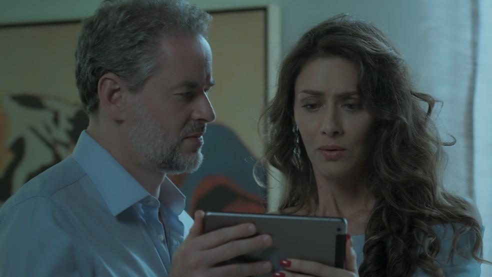 Eugênio (Dan Stulbach) e Joyce (Maria Fernanda Cândido) ficam chocados com vídeo. — Foto: Reprodução / TV Globo