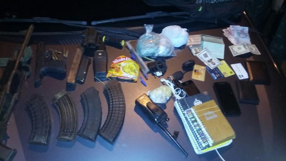 Armas, munição, dinheiro e cadernos com anotações do tráfico foram abandonados na Rocinha por criminosos em fuga durante tiroteio registrado nesta madrugada (Foto: Exército/Divulgação)