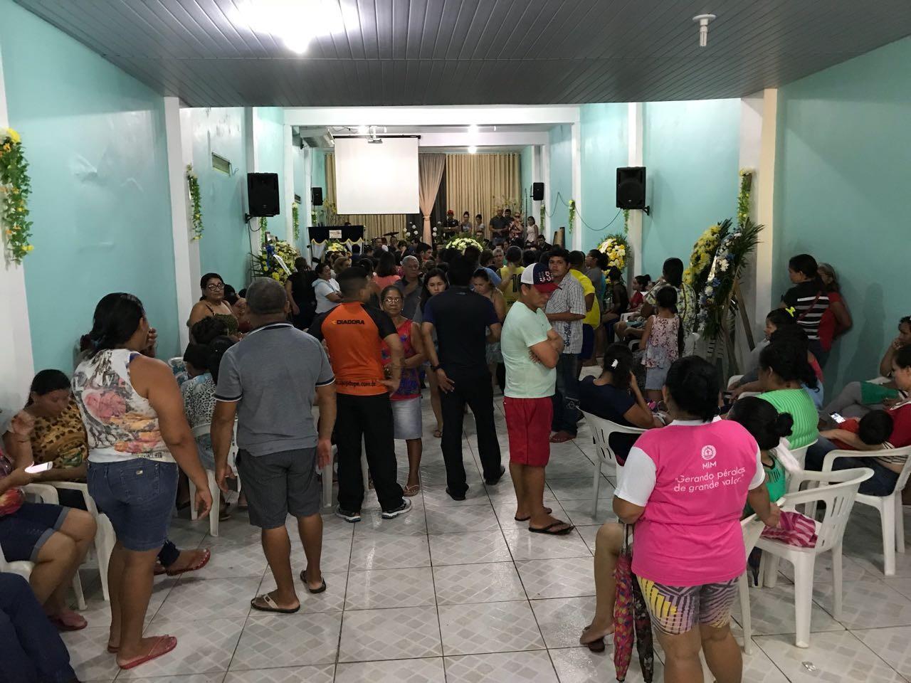 Irmãos e amigo vítimas de chacina em campo de futebol são velados juntos em Manaus