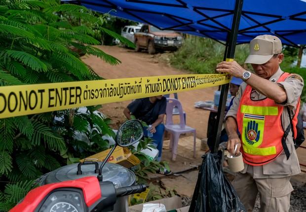 Oficial restringe área que foi utilizada na operação de resgate dos 12 garotos e um adulto que estavam presos em uma caverna na Tailândia (Foto: Linh Pham/Getty Images)