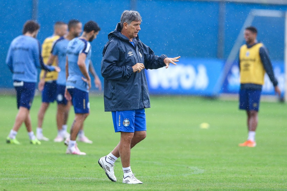 Grêmio treina sob chuva no CT Luiz Carvalho — Foto: Lucas Uebel/Divulgaçaõ Grêmio