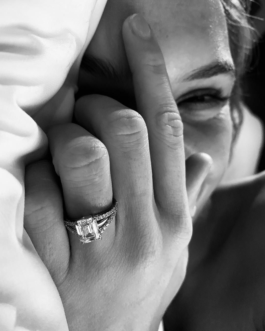 Josephine Skriver mostra a aliança de noivado (Foto: Reprodução/Instagram)