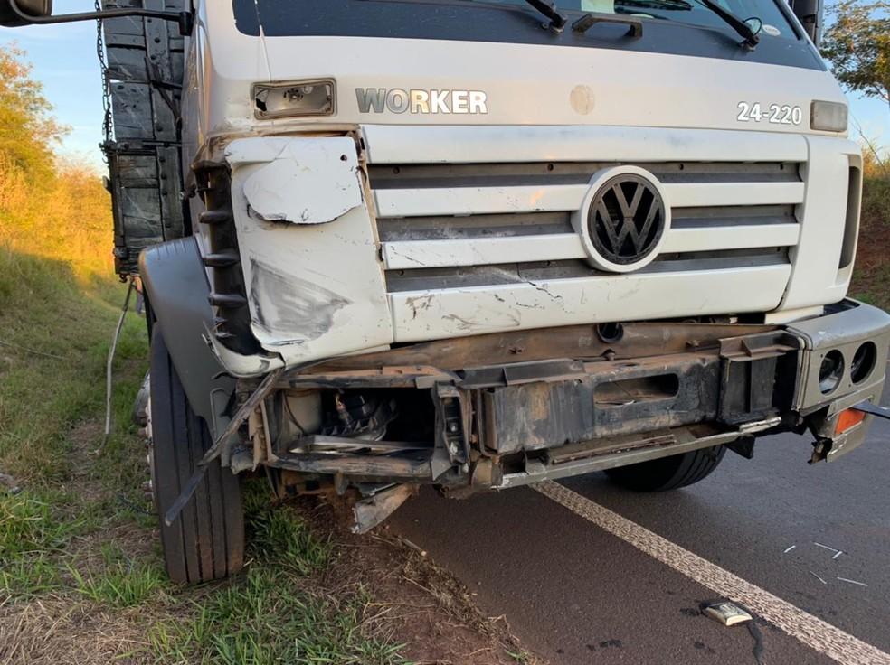 Carro e caminhão colidiram na Rodovia Leônidas Pacheco Ferreira em Jaú  — Foto: Diego Santos / Rádio Clube Bariri