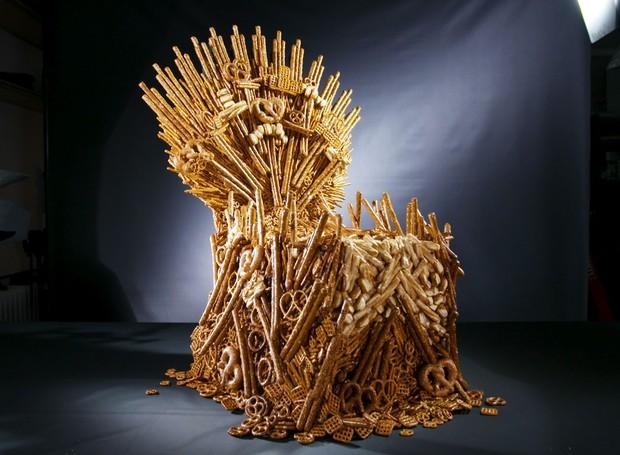 Artistas reproduzem Trono de Ferro de Game of Thrones a partir de biscoitos pretzel (Foto: Delish/ Reprodução)
