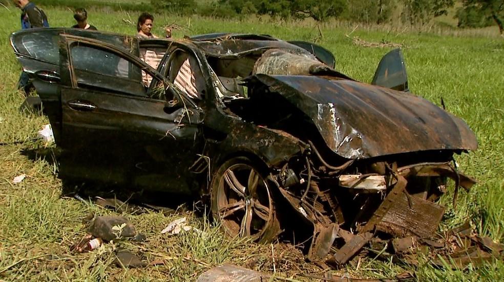 BMW M5 ficou destruída após capotagem em Franca, SP (Foto: Paulo Souza/EPTV)