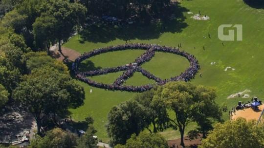 Duas mil pessoas formam símbolo da paz em homenagem a John Lennon
