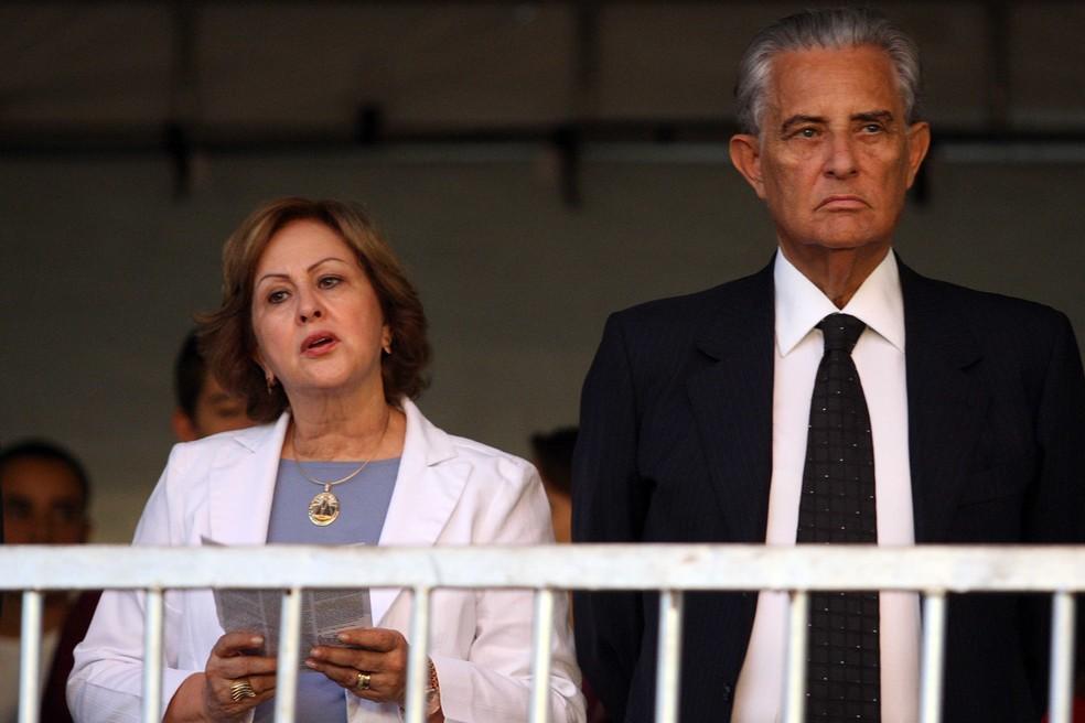 Joaquim Roriz ao lado da mulher, Weslian, participam de missa campal em homenagem à Nossa Senhora Aparecida — Foto: Dida Sampaio/Estadão Conteúdo