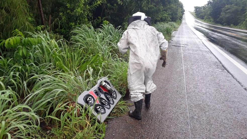 Foi necessário usar roupa especial para desligar o carro — Foto: Divulgação/Defesa Civil