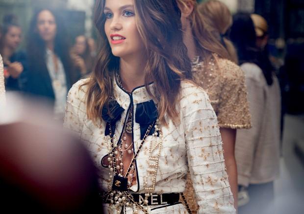 Bem clássicos, os terninhos da Chanel prometem viver novos momentos de glória com o retorno das silhuetas mais desenhadas e formais (Foto: Divulgação / Benoit Peverelli, Imax Tree)