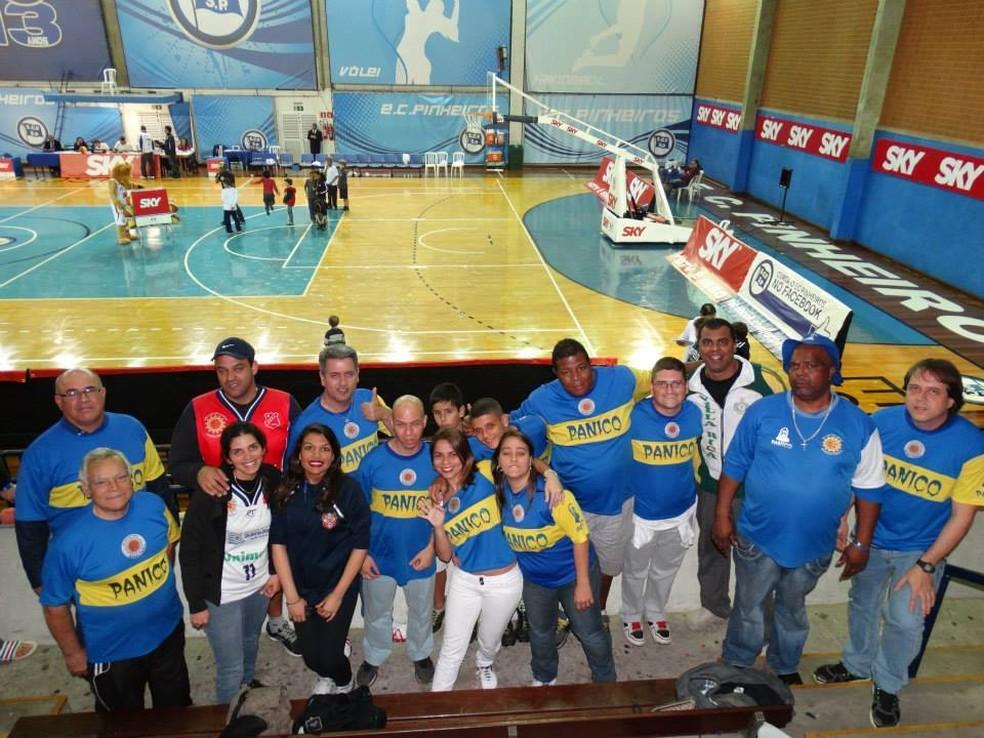 Marcos Rodolfo de Brito participa de caravanas para assistir ao time; na foto, está no ginásio do Pinheiros, em São Paulo — Foto: Arquivo pessoal/Marcos Rodolfo de Brito
