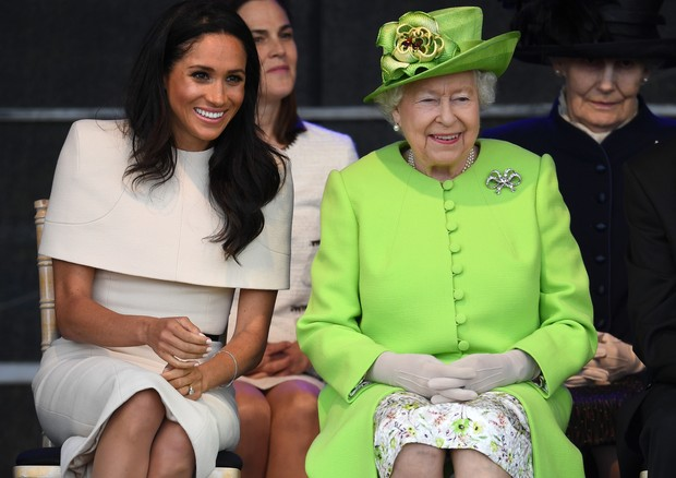 WIDNES, ENGLAND - JUNE 14:  Queen Elizabeth II sits with Meghan, Duchess of Sussex during a ceremony to open the new Mersey Gateway Bridge on June 14, 2018 in the town of Widnes in Halton, Cheshire, England. Meghan Markle married Prince Harry last month t (Foto: Getty Images)