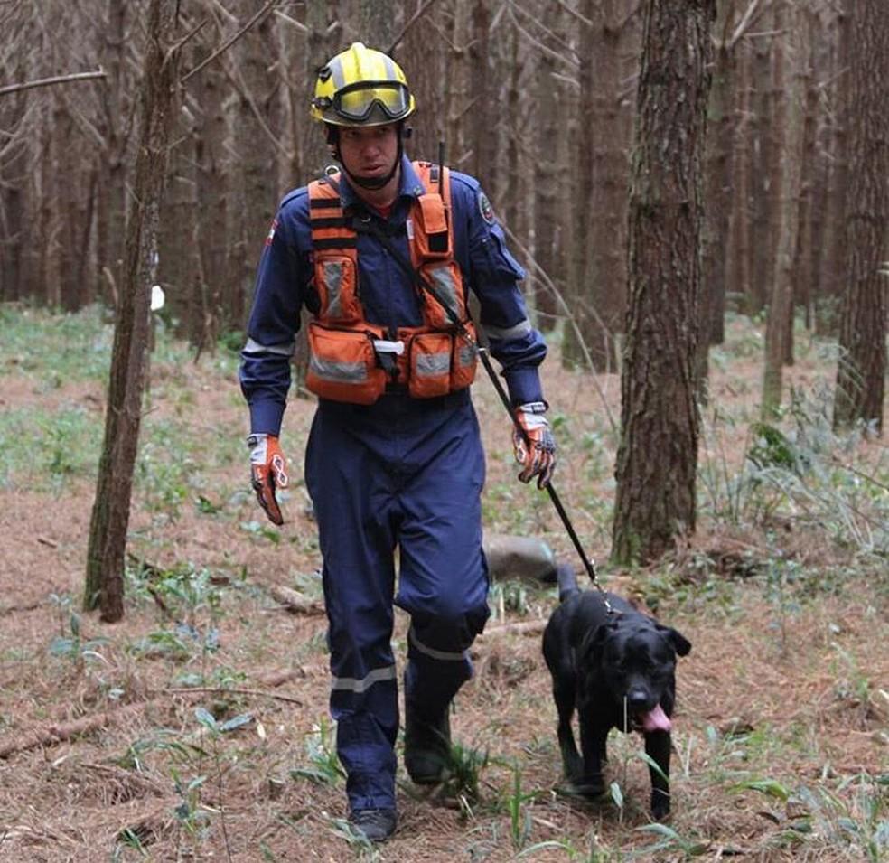 Cão Barney com seu condutor, soldado Rangel — Foto: Corpo de Bombeiros/Divulgação