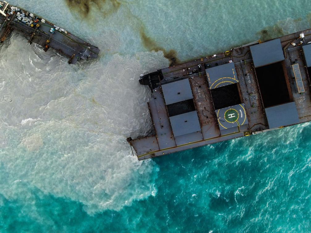 O navio MV Wakashio é visto após se partir em duas partes perto do Blue Bay Marine Park, nas Ilhas Maurício — Foto: AFP