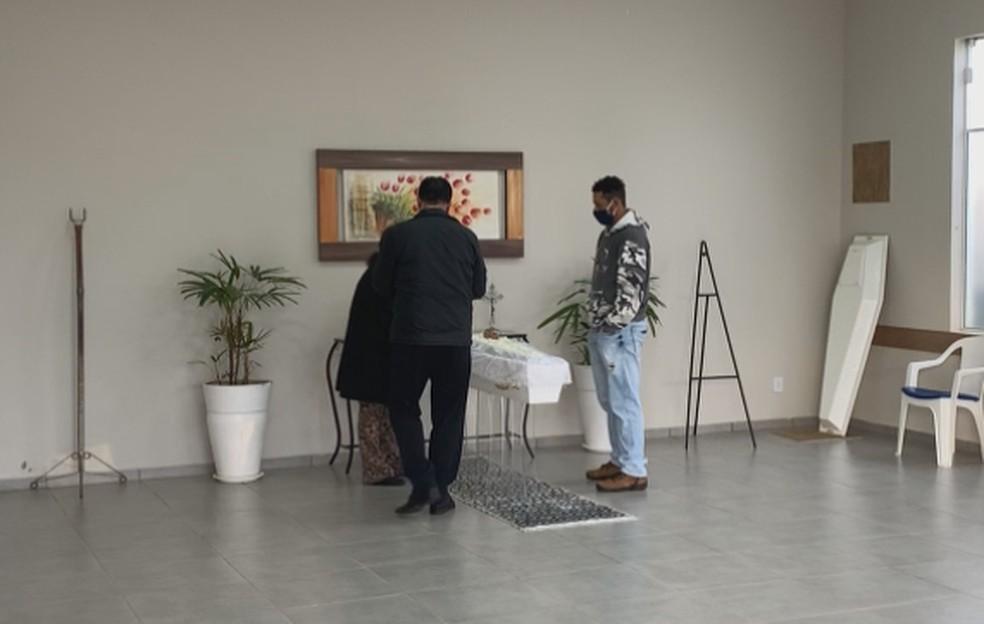 Em Pardinho (SP), pai vela o menino morto após ser torturado pelo padrasto em Avaré (SP) — Foto: Reprodução/ TV TEM