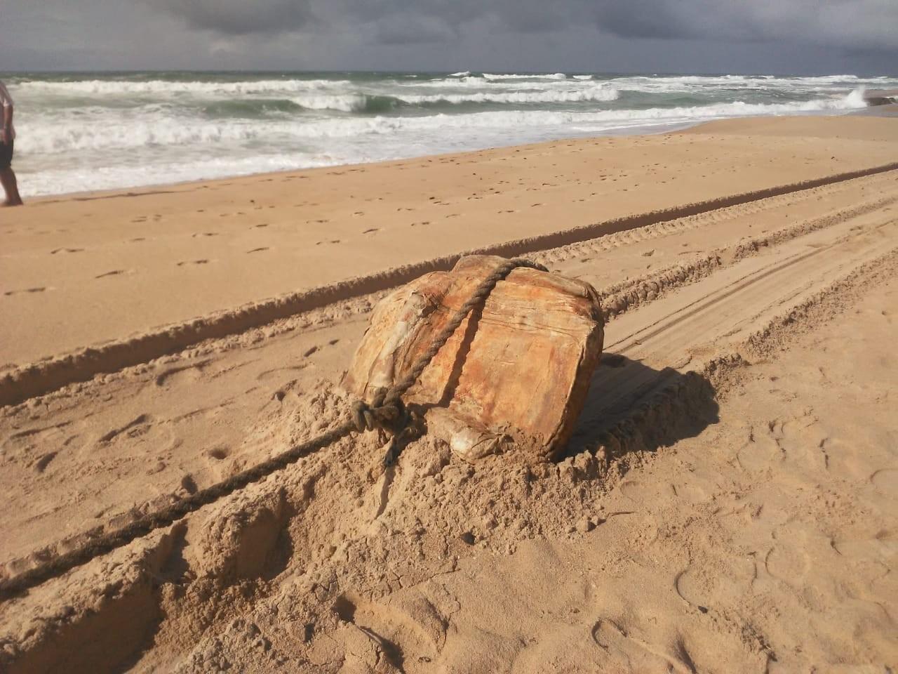Pesquisa revela que 'caixas misteriosas' encontradas no litoral nordestino são fardos de borracha de outro navio nazista