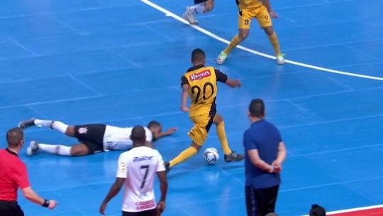 Leozinho costura a defesa do Corinthians e bate para Tiago salvar com o peito