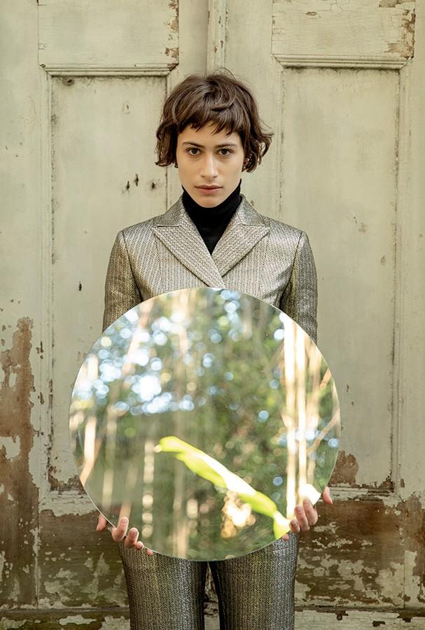 Terno e calça, ambos Dior, blusa de gola alta Lupo (Foto: Flora Negri)