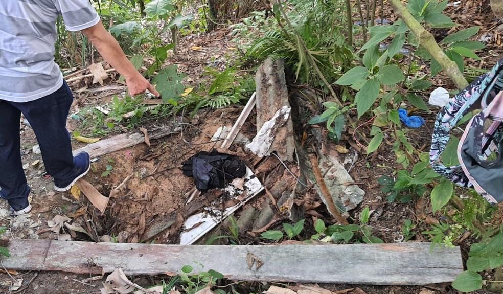Polícia encontrou peça de roupa na mata, perto da casa do suspeito, que pertenceria à vítima.  — Foto: Divulgação