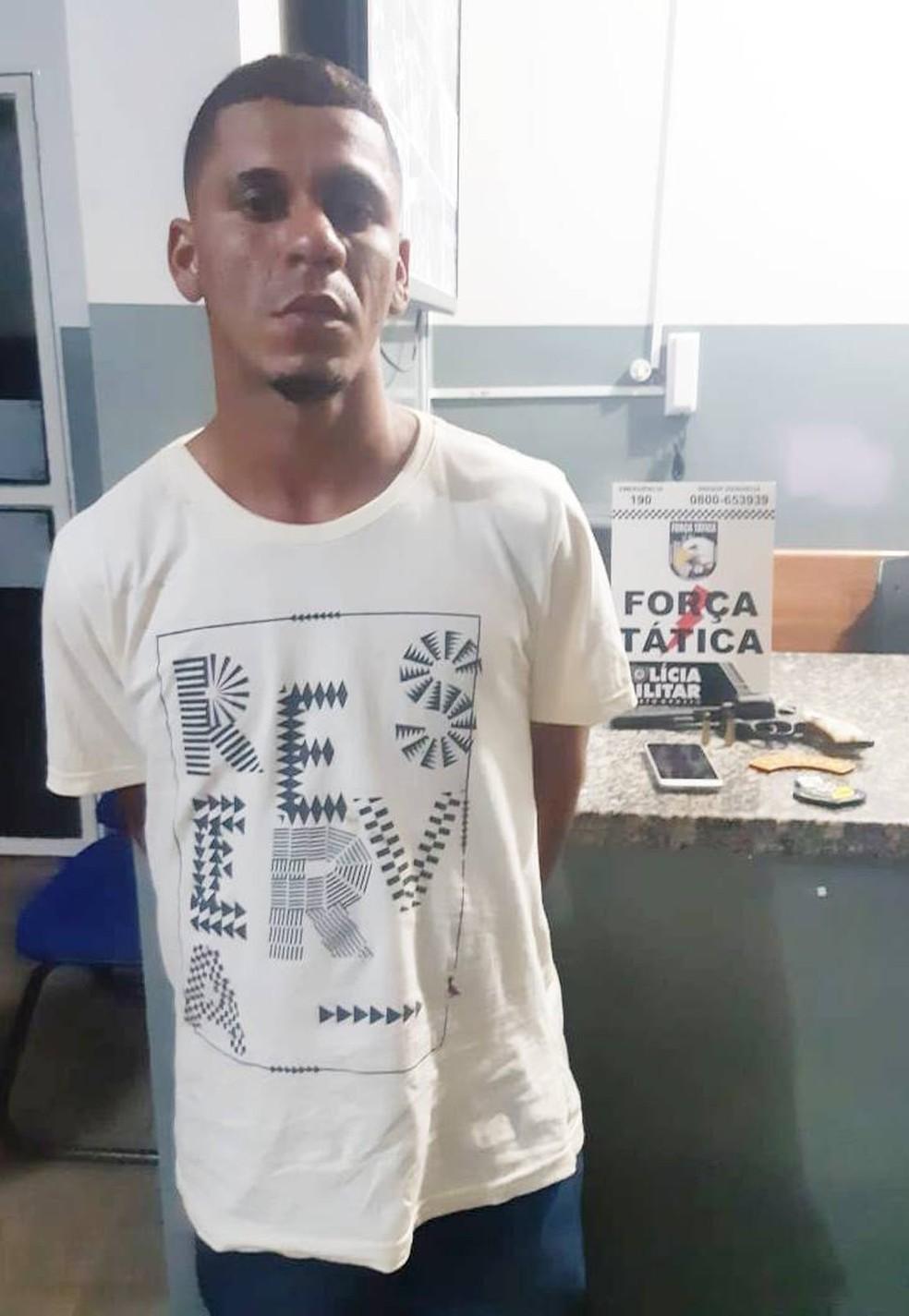 Jairo Bezerra Silva Júnior foi preso suspeito de tentar atirar na mulher dele em Pontes e Lacerda — Foto: Polícia Militar de Mato Grosso/Assessoria