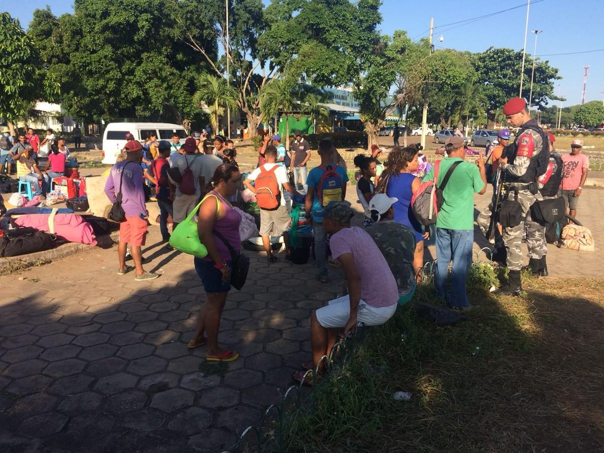 Operação retira mais de 400 venezuelanos acampados no entorno de rodoviária em Boa Vista