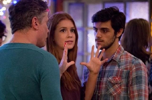 Marina Ruy Barbosa em cena de 'Totalmente demais' com Fabio Assunção e Felipe Simas (Foto: Gshow)